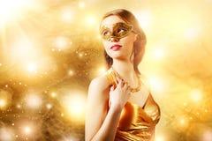 Schönes Mädchen in der Karnevalsmaske Stockbilder