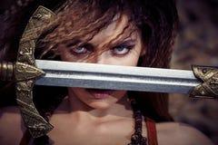 Schönes Mädchen in der Kleidung von Viking oder von Amazonas lizenzfreie stockfotos