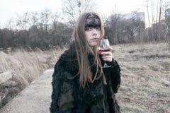 Schönes Mädchen der Krähe im Wald Lizenzfreies Stockfoto