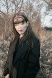 Schönes Mädchen der Krähe im Wald Stockfoto