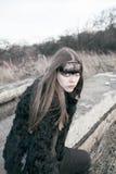 Schönes Mädchen der Krähe im Wald Stockfotos