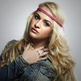 Schönes Mädchen der Mode in den Jeans Blonde Frau der Schönheit Schöne junge Frau im Kleid des langen Grüns der Art und Weise und Lizenzfreie Stockbilder
