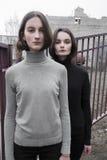 schönes Mädchen der Mode zwei auf der Straße, die Atmosphäre Lizenzfreies Stockbild