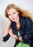 Schönes Mädchen in der modernen Kleidung Lizenzfreies Stockbild