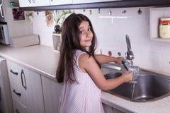 Schönes Mädchen in der netten weißen Küche (Reihen) lizenzfreie stockfotografie