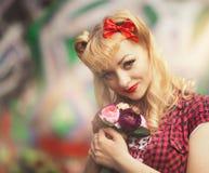 Schönes Mädchen in der Pin-up-Girl-Art Lizenzfreie Stockfotografie