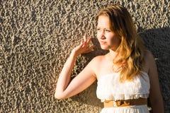 Schönes Mädchen in der schönen Stadt lizenzfreie stockfotos