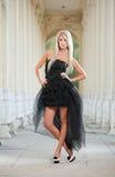 Schönes Mädchen in der schwarzen Kleideraufstellung im Freien Lizenzfreies Stockbild