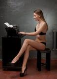 Schönes Mädchen in der schwarzen Wäsche Stockfotos