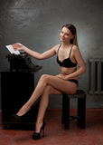 Schönes Mädchen in der schwarzen Wäsche Stockbilder
