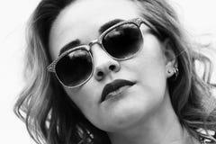 Schönes Mädchen in der Sonnenbrille Lizenzfreies Stockbild