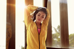 Schönes Mädchen in der Sportkleidungsausdehnung der Trizeps und die Schulter Lizenzfreies Stockbild