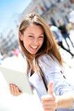 Schönes Mädchen in der Stadt mit Tablette Stockfotos