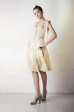 Schönes Mädchen in der stilvollen Art und Weisekleidung stockfotografie