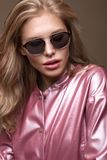 Schönes Mädchen in der stilvollen rosa Kleidung mit Sonnenbrille und den sexy Lippen lizenzfreie stockbilder