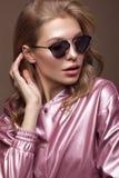 Schönes Mädchen in der stilvollen rosa Kleidung mit Sonnenbrille und den sexy Lippen lizenzfreies stockfoto