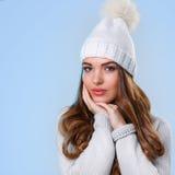 Schönes Mädchen in der weißen Strickjacke Stockfotografie