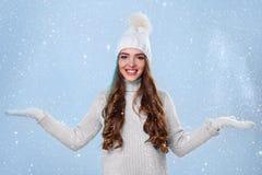 Schönes Mädchen in der weißen Strickjacke Stockfoto