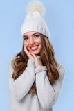 Schönes Mädchen in der weißen Strickjacke Lizenzfreie Stockfotografie