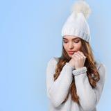 Schönes Mädchen in der weißen Strickjacke Lizenzfreies Stockfoto