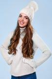 Schönes Mädchen in der weißen Strickjacke Stockbilder