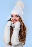 Schönes Mädchen in der weißen Strickjacke Stockbild