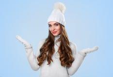 Schönes Mädchen in der weißen Strickjacke Lizenzfreie Stockfotos