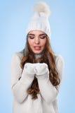 Schönes Mädchen in der weißen Strickjacke Lizenzfreies Stockbild