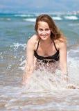 Schönes Mädchen in der Wellenbrandung Stockfotografie