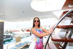 Schönes Mädchen an der Yacht - Dubai stockfoto