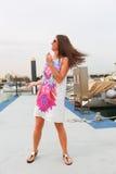 Schönes Mädchen an der Yacht - Dubai lizenzfreie stockfotos