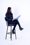Schönes Mädchen des Geschäfts in einem schwarzen Anzug Lizenzfreie Stockfotografie