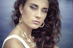 Schönes Mädchen des Luxusporträts, gelocktes Haar Lizenzfreies Stockfoto