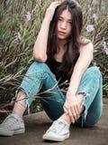 Schönes Mädchen des Porträtjugendlichen im Naturgarten stockbild