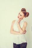 Schönes Mädchen des Porträts mit lustiger Frisur Stockbilder