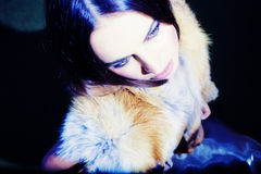 Schönes Mädchen des Portraits, das im Pelz trägt Lizenzfreie Stockfotos