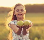 Schönes Mädchen des Spaßes Kindermit dem langen Haar, das Grün a joying und gehalten worden sein würden Stockbilder