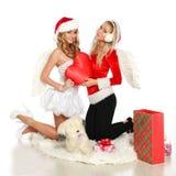 Schönes Mädchen des Weihnachten zwei, das mit Innerem aufwirft Lizenzfreies Stockfoto