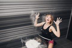 Schönes Mädchen die Küchenhände im Mehl lizenzfreie stockbilder