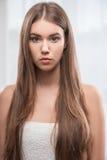 Schönes Mädchen drückt verschiedene Gefühle aus Stockfotografie