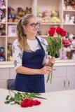 Schönes Mädchen, ein Florist, einen Blumenstrauß von Blumen auswählend Lizenzfreie Stockfotos