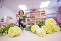 Schönes Mädchen, ein Florist, einen Blumenstrauß von Blumen auswählend Stockbild
