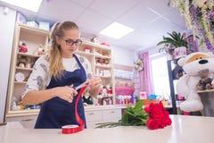 Schönes Mädchen, ein Florist, einen Blumenstrauß von Blumen auswählend Stockfotos