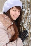 Schönes Mädchen in einem Baum Stockbild