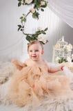 Schönes Mädchen in einem beige Kleid Stockfotografie