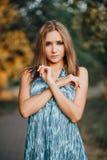 Schönes Mädchen in einem blauen Kleid Lizenzfreies Stockbild