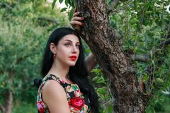 Schönes Mädchen in einem Fruchtgarten stockbilder