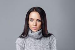 Schönes Mädchen in einem grauen pullower Lizenzfreies Stockbild