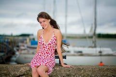 Schönes Mädchen in einem hellen Kleid Stockfotografie