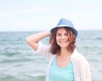 Schönes Mädchen in einem Hut auf einem Hintergrund des Meeres, im weichen focu Lizenzfreie Stockbilder